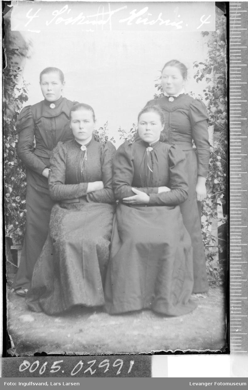 Gruppebilde av fire søstre.