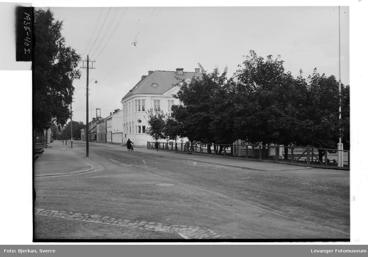 Parti av Kirkegata nordover fra Musikkpaviljongen ved Parkdraget i Levanger By