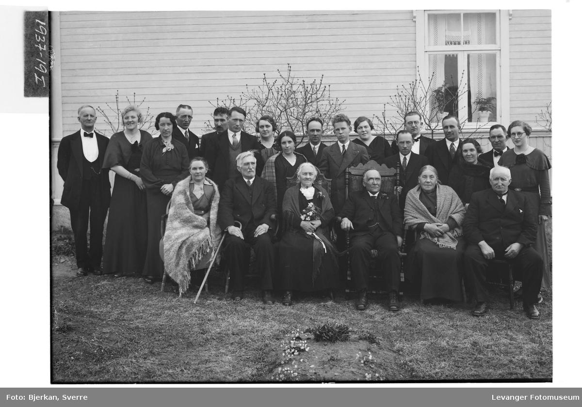 Gullbrudeparet Haugdal med familie