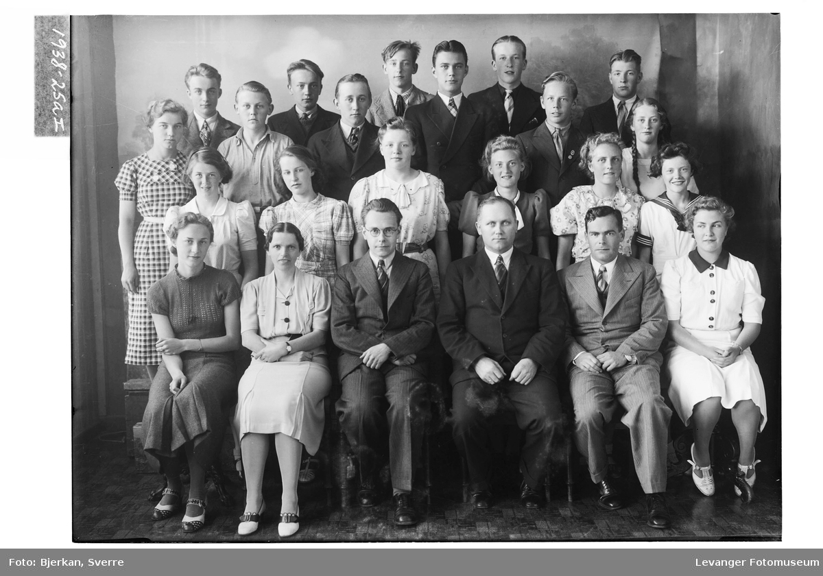 Levanger Middelskoles avgangsklasse i 1938 I