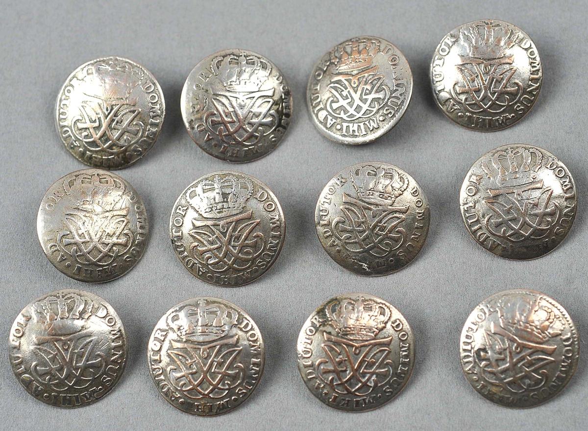 """Drivne og kuvne med koparhempe under. Undersida er fila glatt. Rundt kanten: Dominus """"Mihi"""" Adiutor. Laga av 4-skilling myntar fra 1704."""