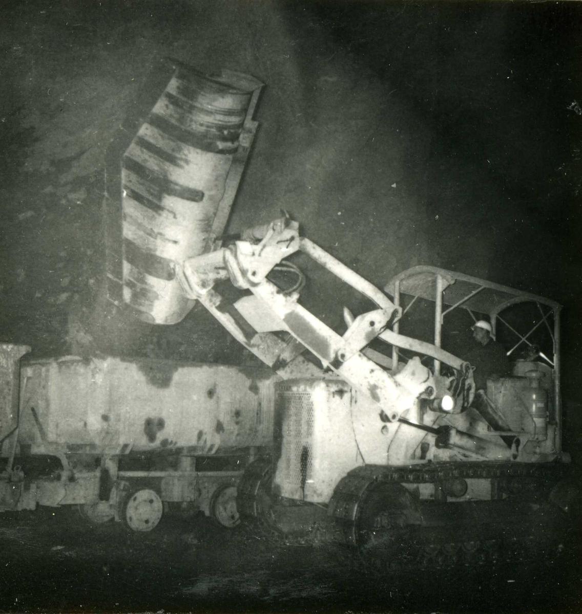 Tilløpstunnel frå Vesås. Anleggsmaskinar i tunnel