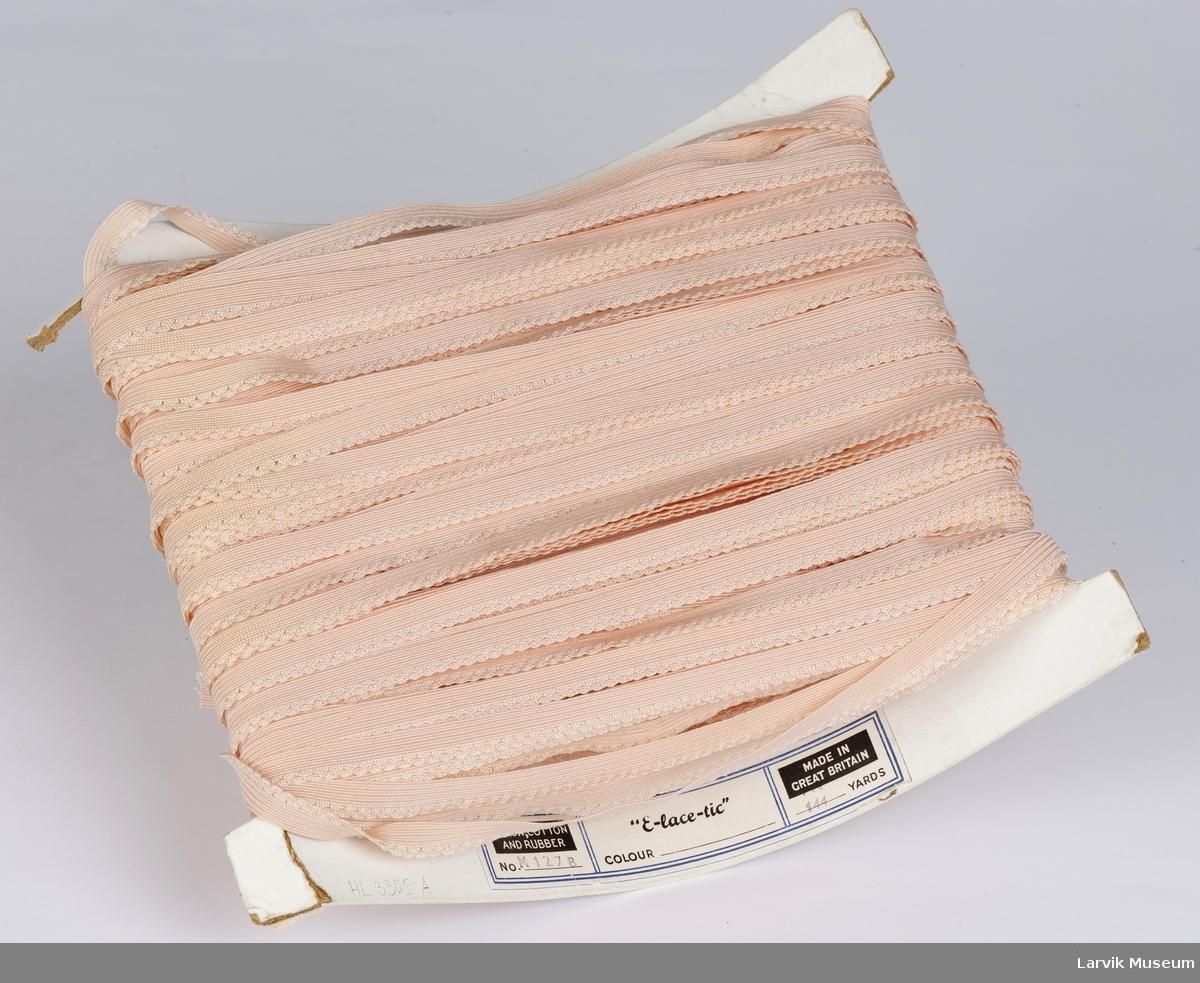 Metervare med blondestrikk på en pappspole