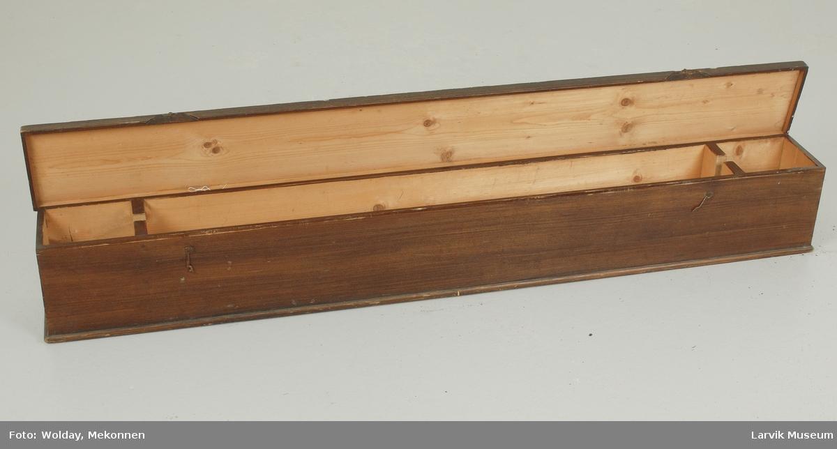Form: rektangulær trekasse med  hengslet lokklokk og to separate smårom for oppbevaring av snorer og dusker
