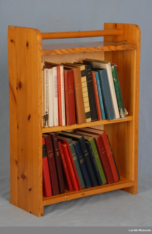BokskapStatens Velferdskontor HandelsflåtenBrukt til å frakte utlånsbøker mellom båtene. Inneholder 28 stk bøker, registrert på rekvisittbokliste RB-Melsom som bøker nr. 86-115.