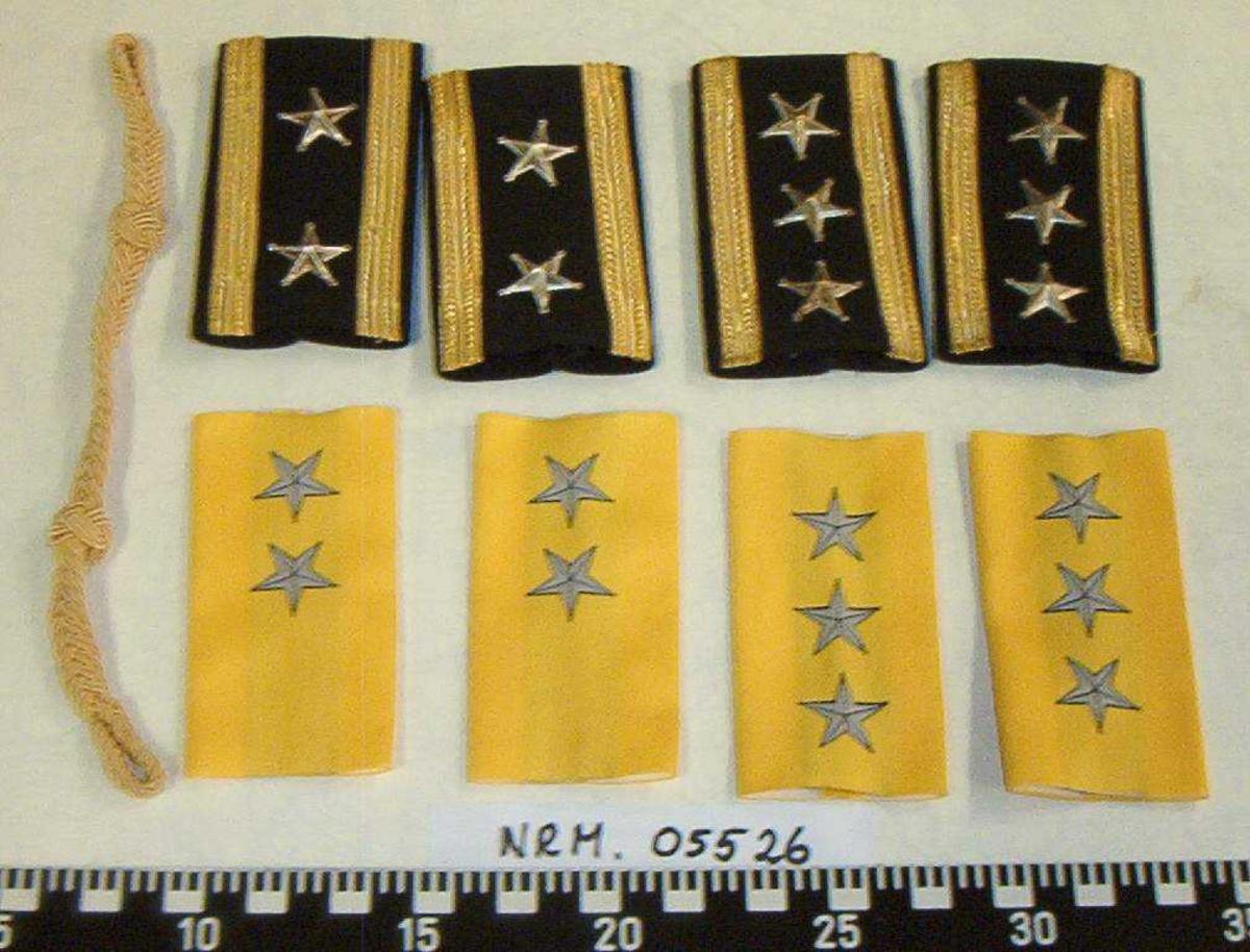 1 gulltresse og 8 distinksjoner for russisk fengselsvesen: 2 gule/grå med to stjerner 2 gule/grå med tre stjerner 2 sort/gull med to stjerner i metall 2 sort/gull med tre stjerner i metall