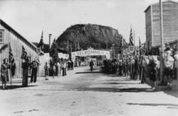 Fra Kongebesøket i 1946. Velkomstportal, flaggborg. Stort H7