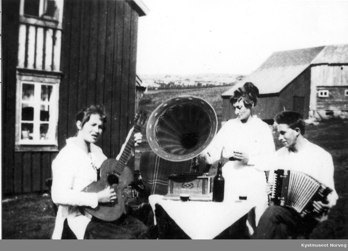 """Julie, Gustav og Asbjørn Stamnes, """"Musikkstund"""""""