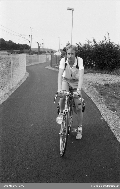 """Ny cykelbana mellan Rävekärr och Kållered, år 1984. """"Magnus Björklund från Kållered tycker att GCM vägen är bra. Om kommunen ville se över sikten på en del av den gamla sträckan i Rävekärr blir han nöjd.""""  För mer information om bilden se under tilläggsinformation."""