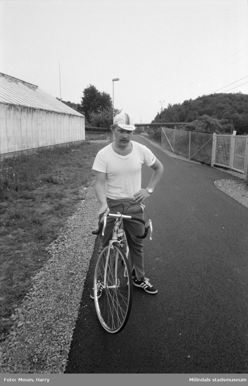 """Ny cykelbana mellan Rävekärr och Kållered, år 1984. """"Lars Tallnes från Mölndal, tycker det är fint med den nya banan. - Bilar visar för lite hänsyn på de vanliga vägarna. Det är toppen att cykla. Jag kör rundan Pripps-Kållered två gånger per dag.""""  För mer information om bilden se under tilläggsinformation."""