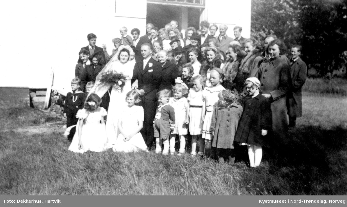 Brudeparet: Hanna Henriksen Holte og Kåre Holte, brudepikene Pauline Dekkerhus og Inger Oline Åsnes med familie, slekt og venner