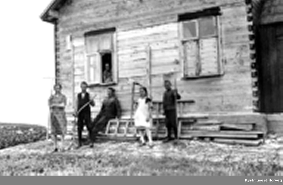 Anna Strand med barna fra venstre: Ragna, Gisle, Einar, Gladys og Odd Strand