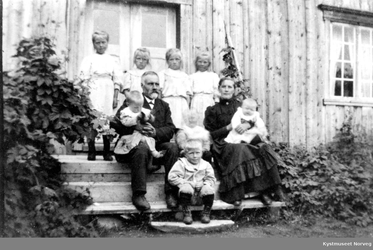 Magnhild Oppland Spillum og Per Spillum med 8 av sine 12 barn