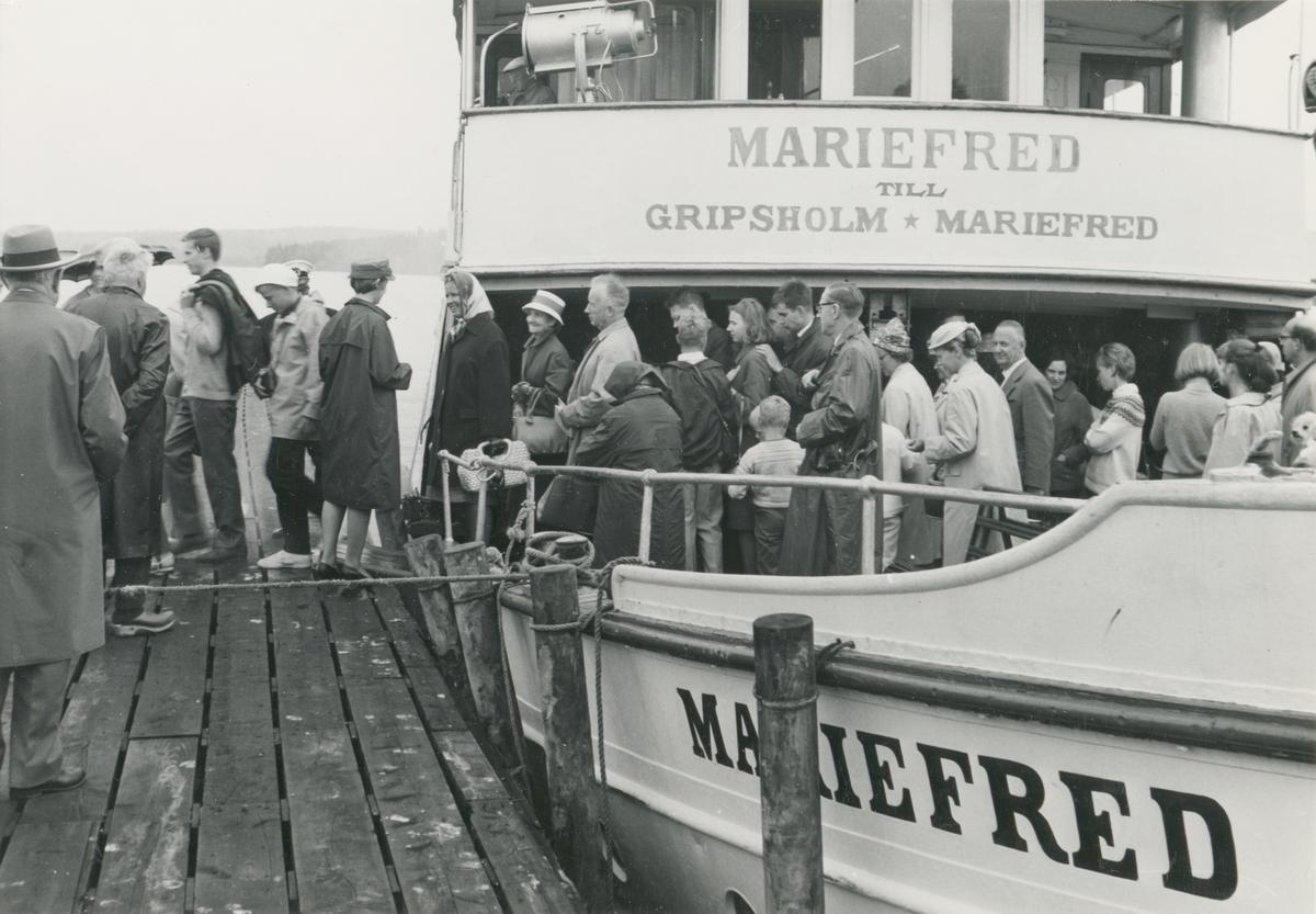 S/S Mariefred vid ångbåtsbryggan i Mariefred. Passagerarna går i land.