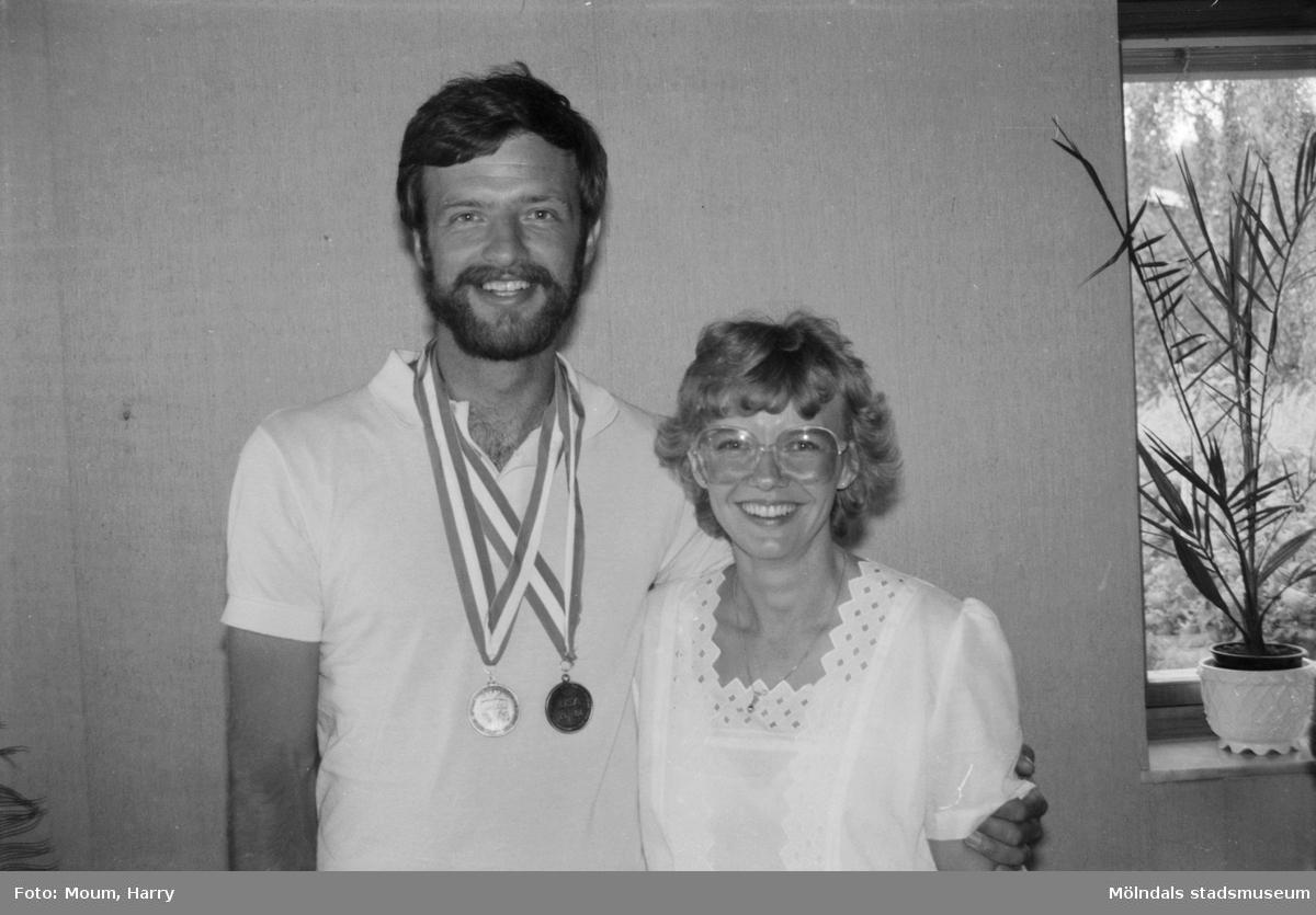 """Jan Thulin, Kållered, OS-medaljör i bågskytte, år 1984. """"Jan och Siv i triumfens ögonblick.""""  För mer information om bilden se under tilläggsinformation."""