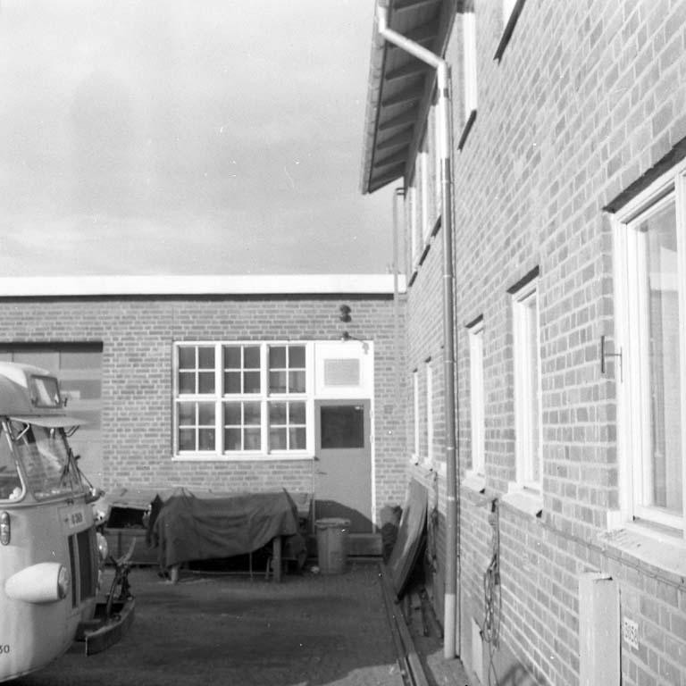 Bakgård med tegelbyggnader