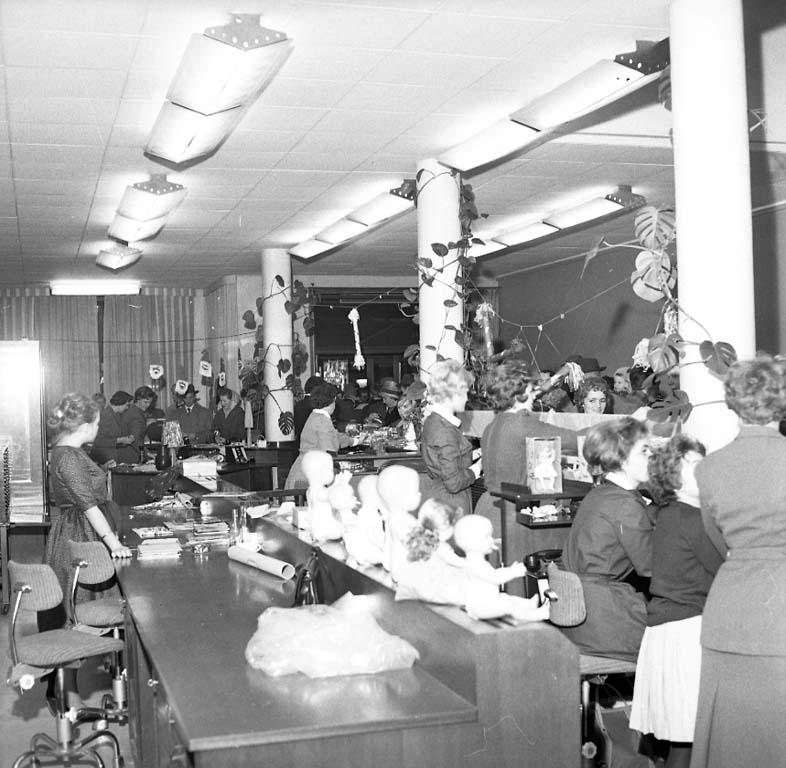 """Enligt notering: """"Lottornas Julmarknad Dec 1960""""."""