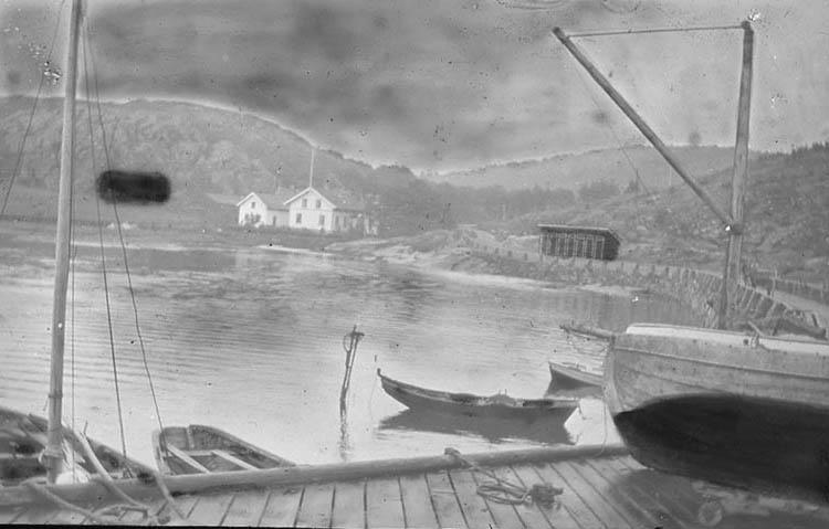 """Kåkenäs. """"Kåkenäs brygga med fiskebåtar. Till höger på bilden syns en av dem liggande på bryggan för att tjäras i botten."""""""