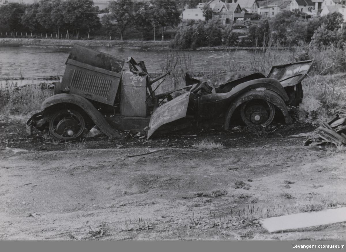 Ødelagt kjøretøy etter bombingen av Steinkjer,