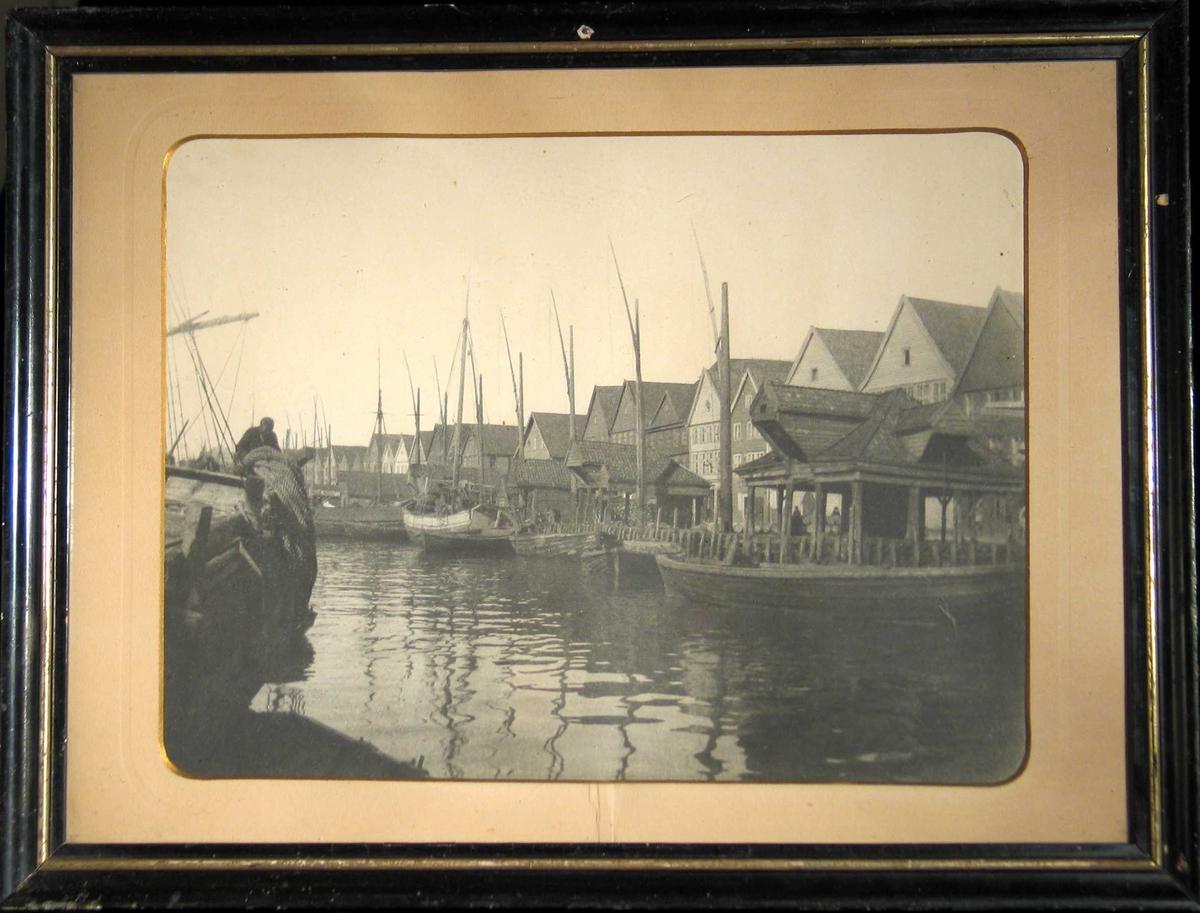Trebåter ved bryggen.