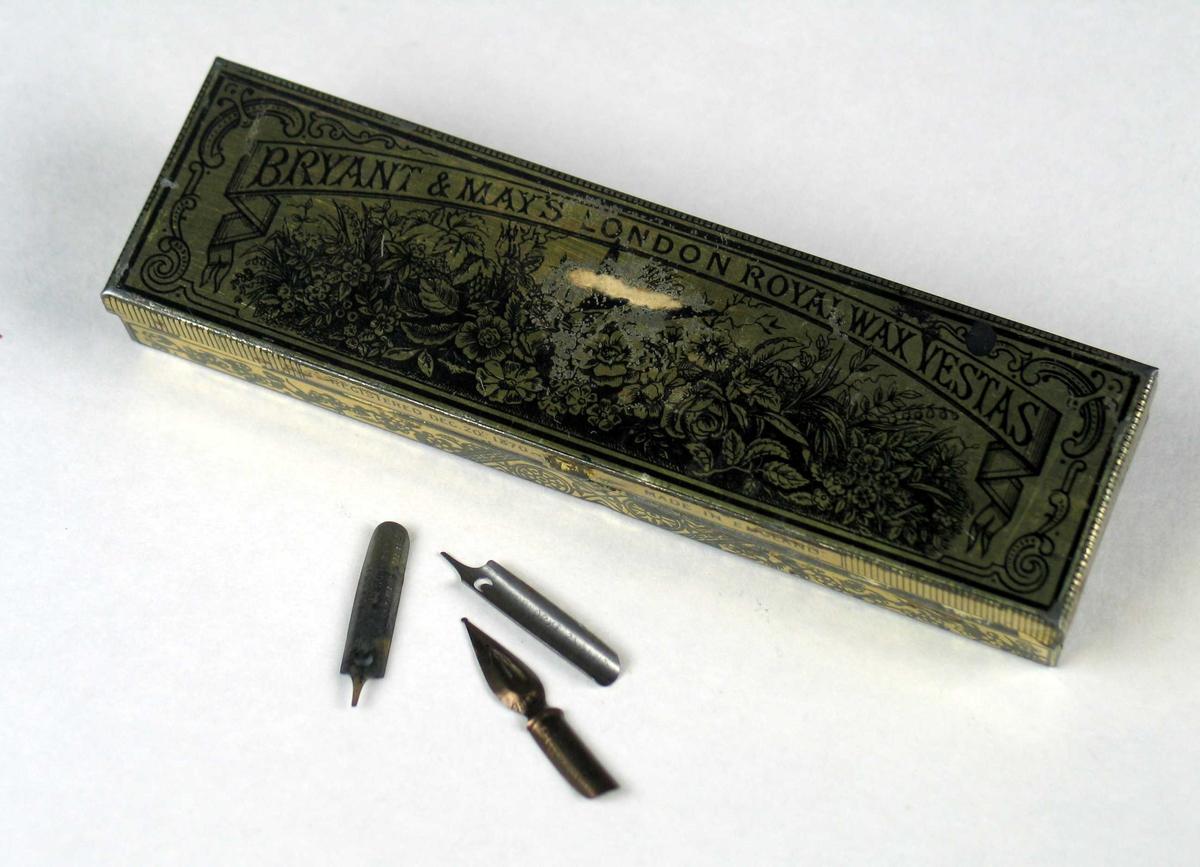 Metallskrin med ripeflate på baksiden. Inneholder pennesplitter. Skrinet har gyllen farge med svart mønster.