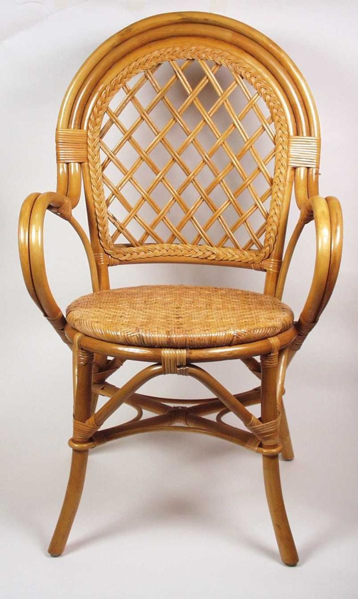Stol i bambus med buet rygg og flettet sete.