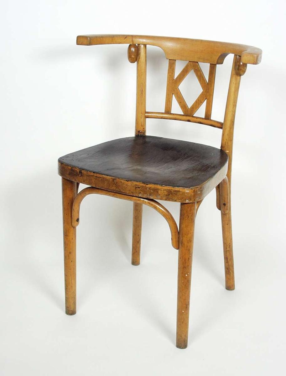 Armstol med sortlakkert sete. Stolen er av bøketre. Setet er i kryssfinér av bøk.