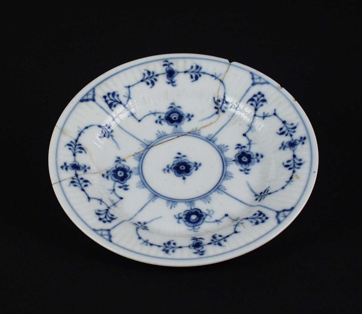 Riflet skål med dekor 'strå' i blått.