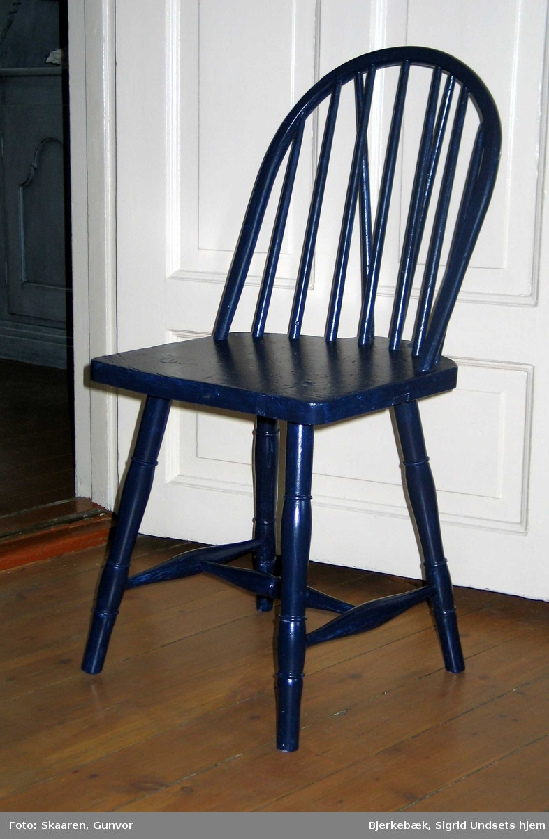 Blåmalt (bondeblå) pinnestol med sprosser i ryggen.