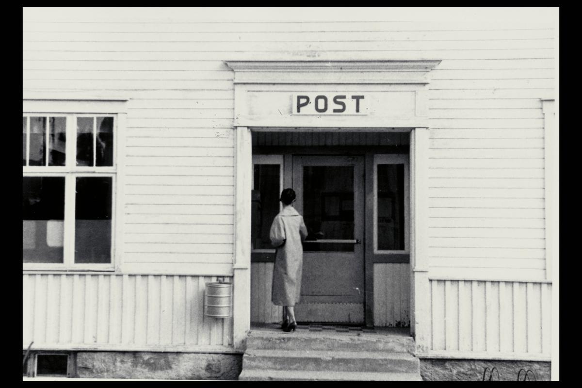 eksteriør, postkontor, 7300 Orkanger, postskilt, kvinne