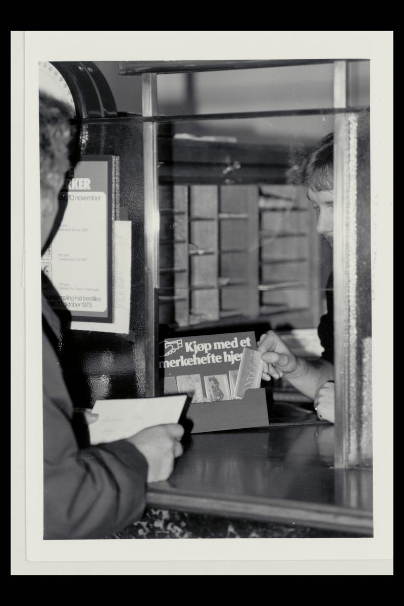 interiør, postkontor, salg av frimerkehefte til kunde, personal, brev