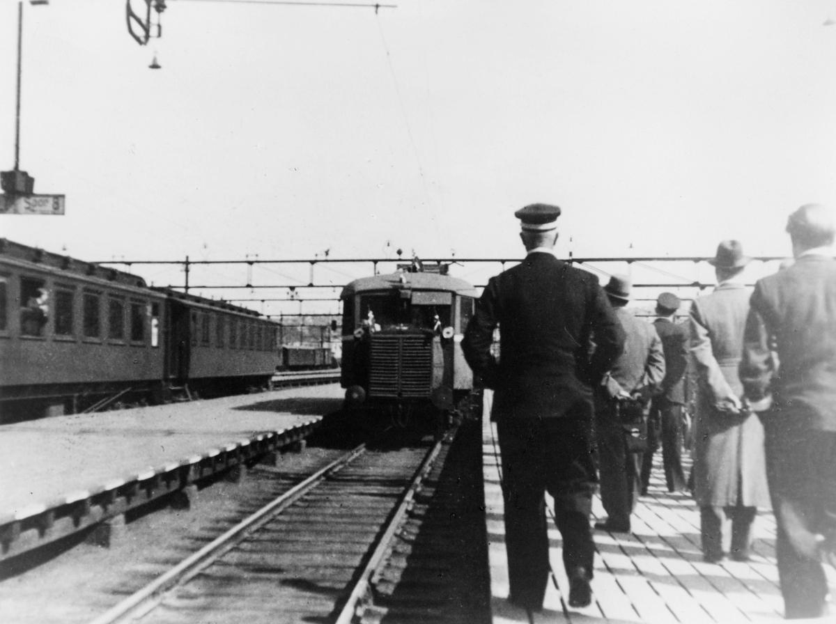 krigen, Oslo jernbanestasjon, tog, mennesker,  Norske pressefolk kommer fra Sverige, 8. mai 1945