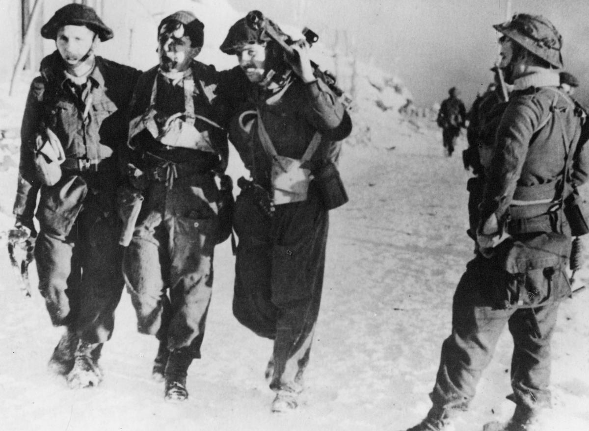 krigen, 2. verdenskrig, Måløyraidet 27. desember 1941, soldater på land, tre av går sammen