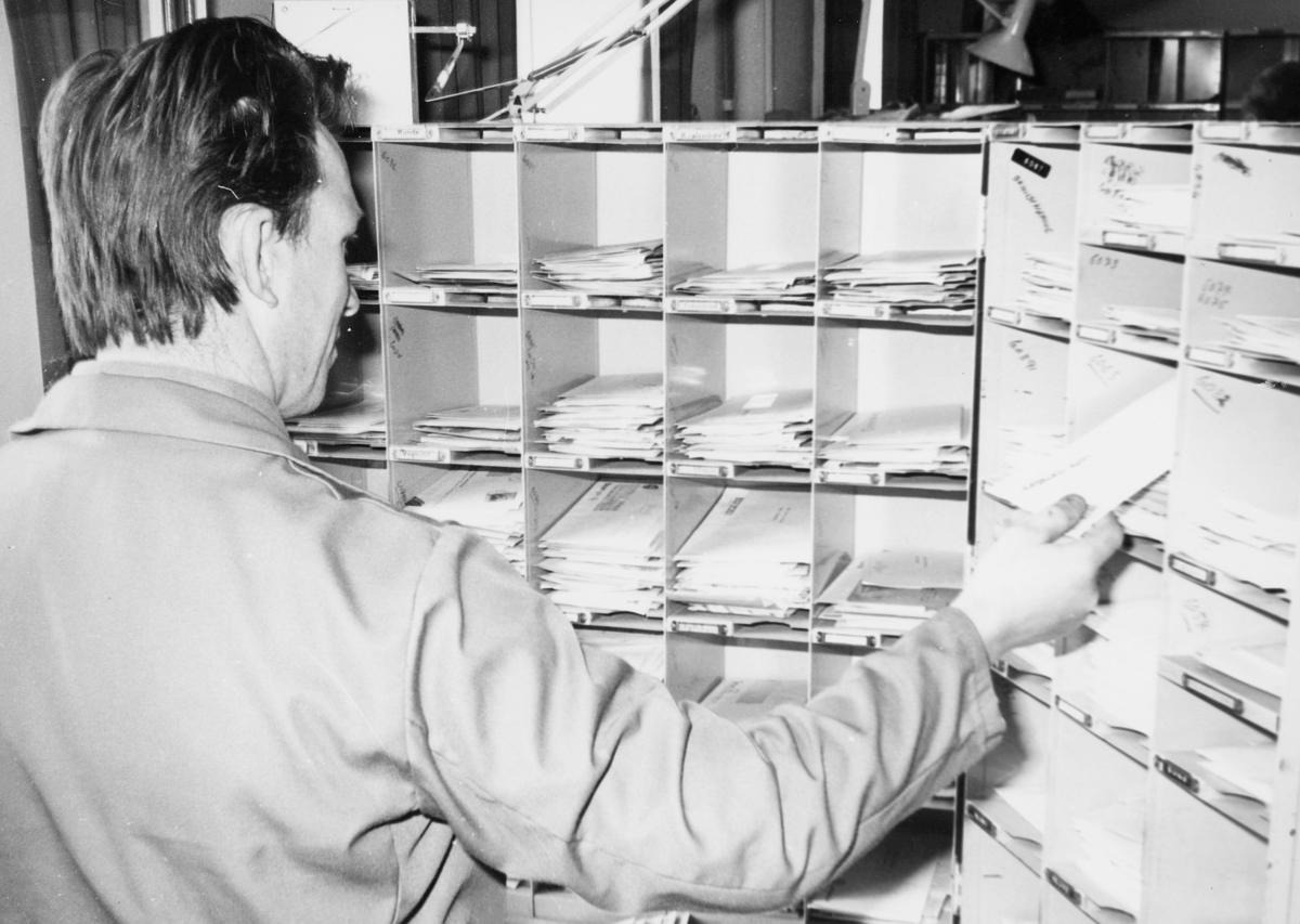 postbehandling, sortering, sorteringsreol, mann