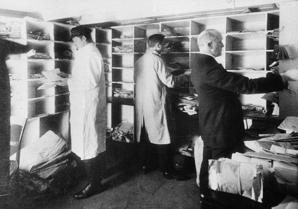 transport båt, Bergen-Kirkenes, interiør, D/S Sigurd Jarl, postlugar, tre menn, sortering