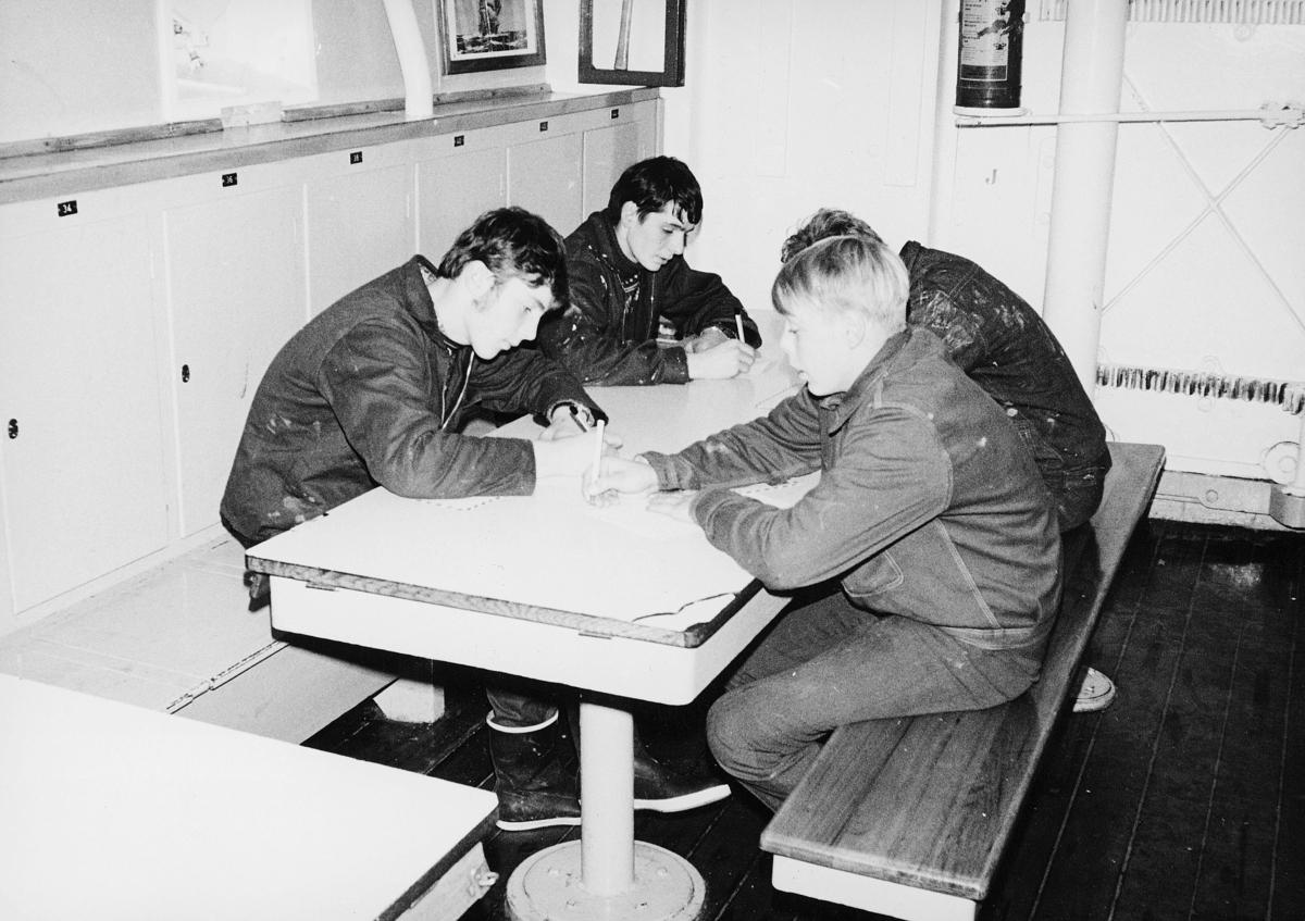 transport, båt, Christian Radich, fire gutter, skriver brev
