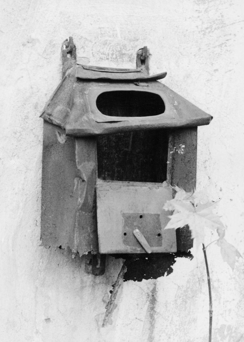 postkasser, privat, litt bulkete, festet på vegg