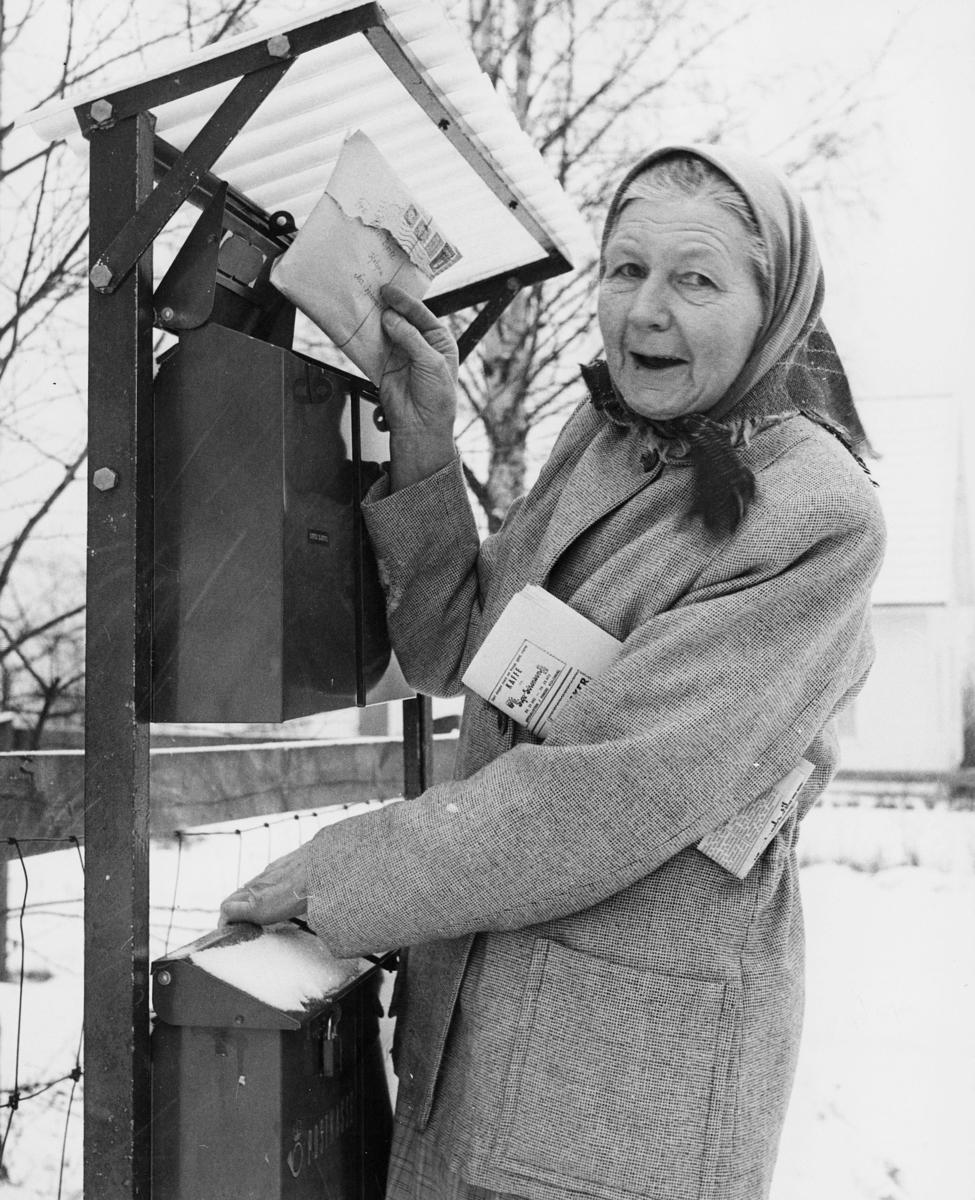 postkasser, private, grønne postkasser på stativ, kvinne, brev, avis