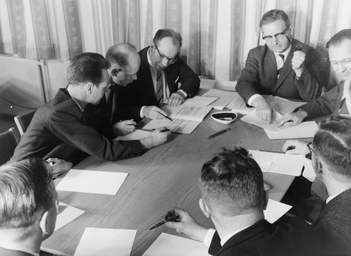 postskolen, postmøte hos undervisningsleder, 1962, 8 menn