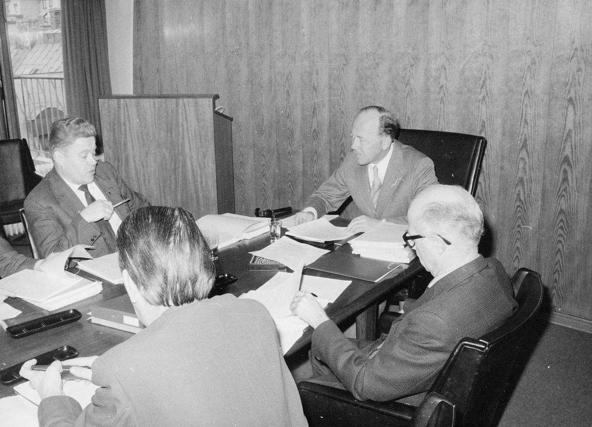 gruppebilde, møte, møterom, 8. etasje, Tollbugata 17, rom 809, Oslo, Bjørn Flage Pettersen, Arne Stensland, 2 menn
