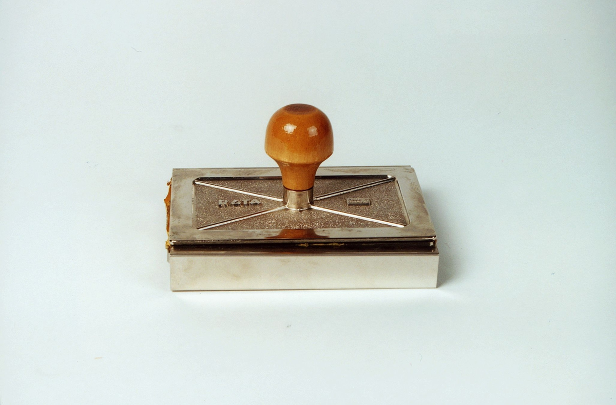 Postmuseet, gjenstander, strempel, rektangulært med trehåndtak.