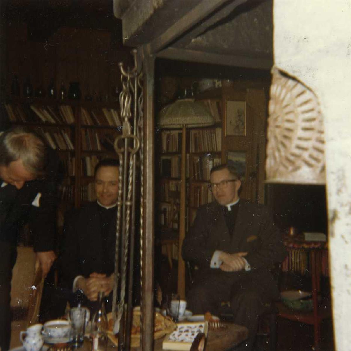 Interiør, peisestue, menn, prest