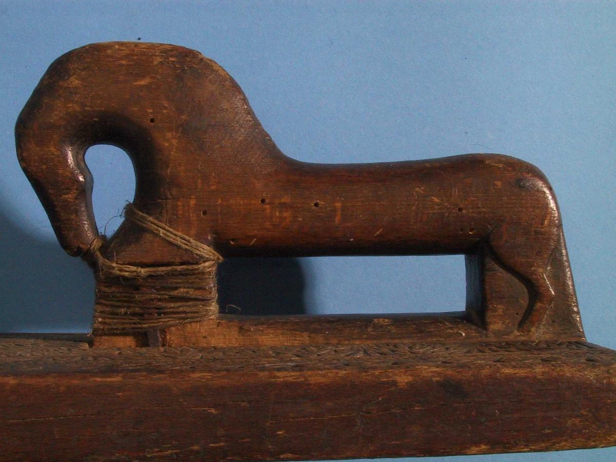 Rosetter i karveskurd, og hesteformet handtak.