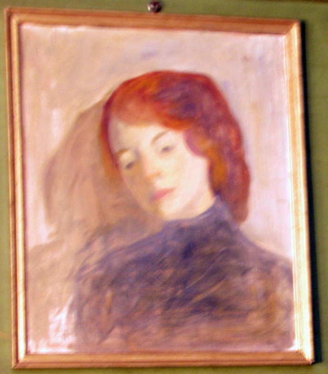 Rektangulært. Kv., brystbilde, ansikt venstrev., hode bøyd, rødlig hår, gråblå kjole, grå bakgr.