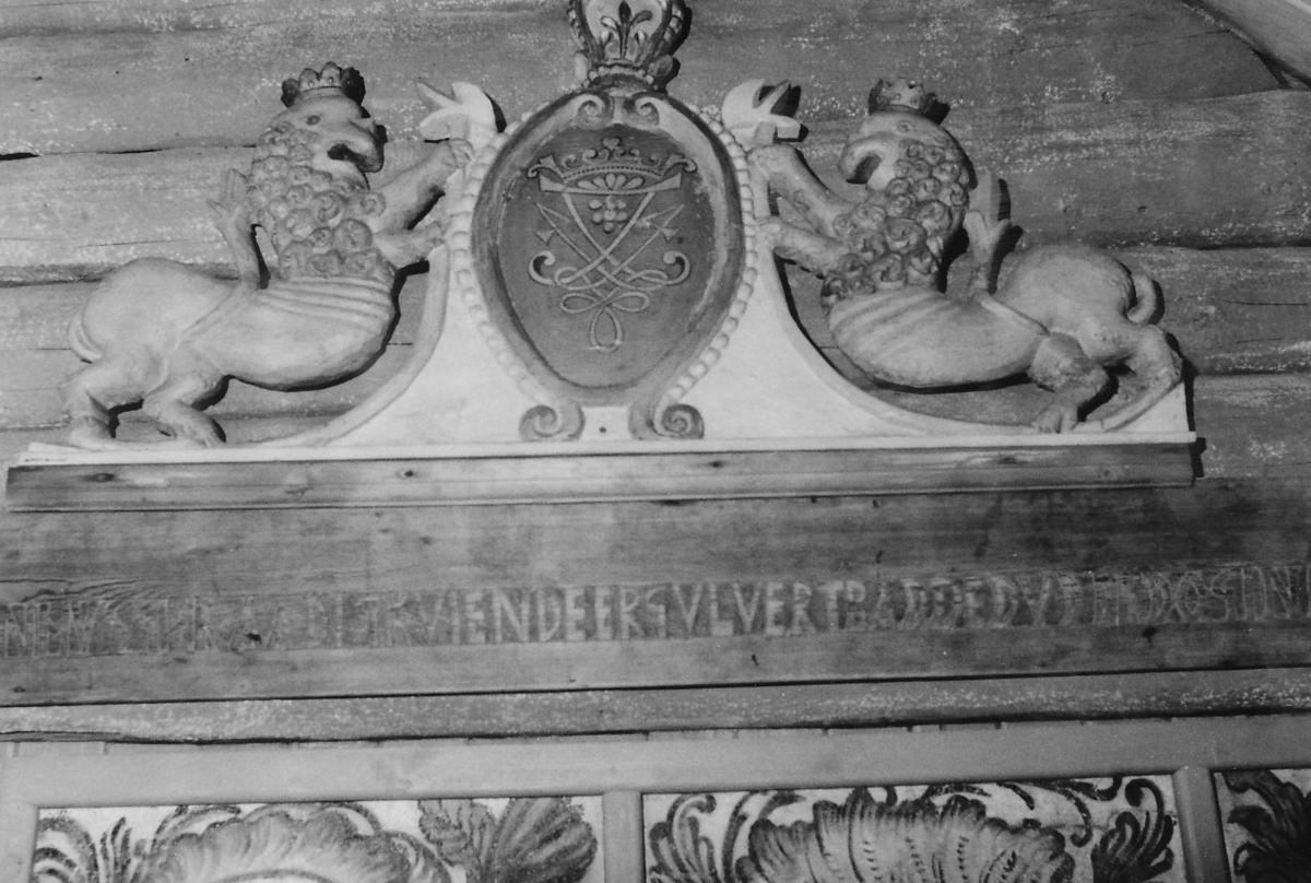 Våpenskjold m. Fredrik 4.'s dobeltmonogram.; 1 kronet løve på hver side.