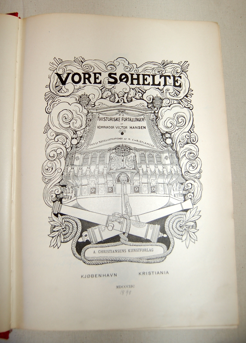 Bokomslag på forsiden: Akterspeilet på et krigsskip med kryssende kanoner under og dekorative skyer rundt.
