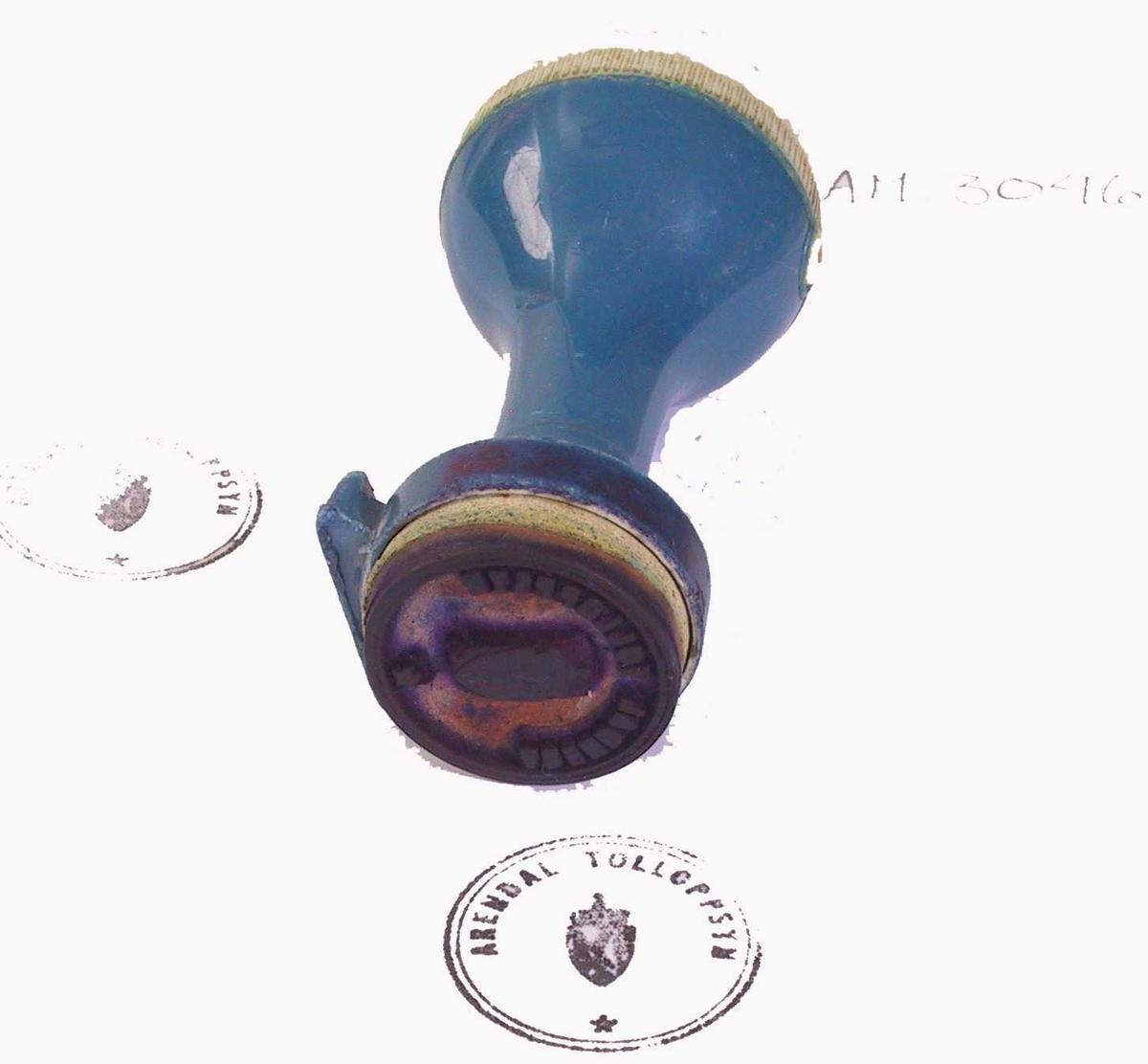 Form: Nesten kuleformet håndtak med lite, flatt parti øverst og smal hals, ender i sirkelformet stempelflate.
