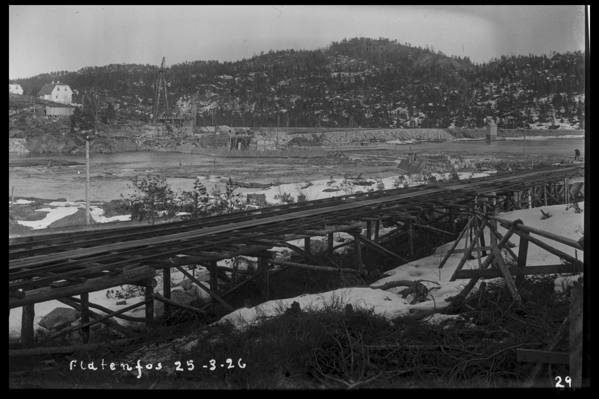 Arendal Fossekompani i begynnelsen av 1900-tallet CD merket 0468, Bilde: 36 Sted: Flaten Beskrivelse: Fra Olsbusida. Den gamle tømmerrenna i forgrunnen