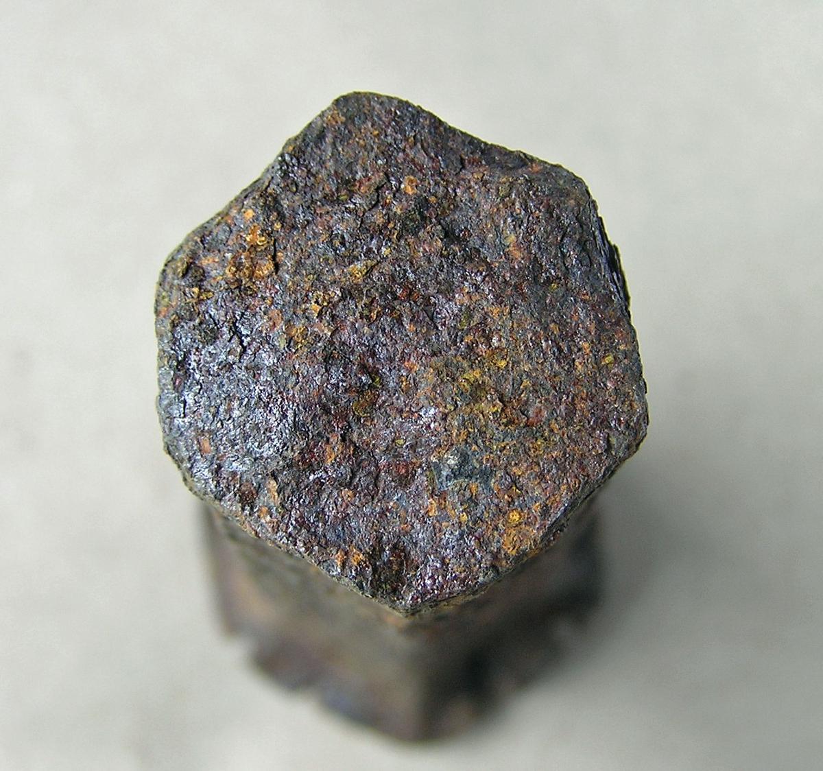 Dor (?) beregnet til å slå sekskantet hull i varmt jern med. Jernet som det skal lages hull i legges enten over et hull i ambolten/smisteet eller over et jernstykke med huller i (lokkskive).  Til dels mye rust. Nakken stuket og flisete.