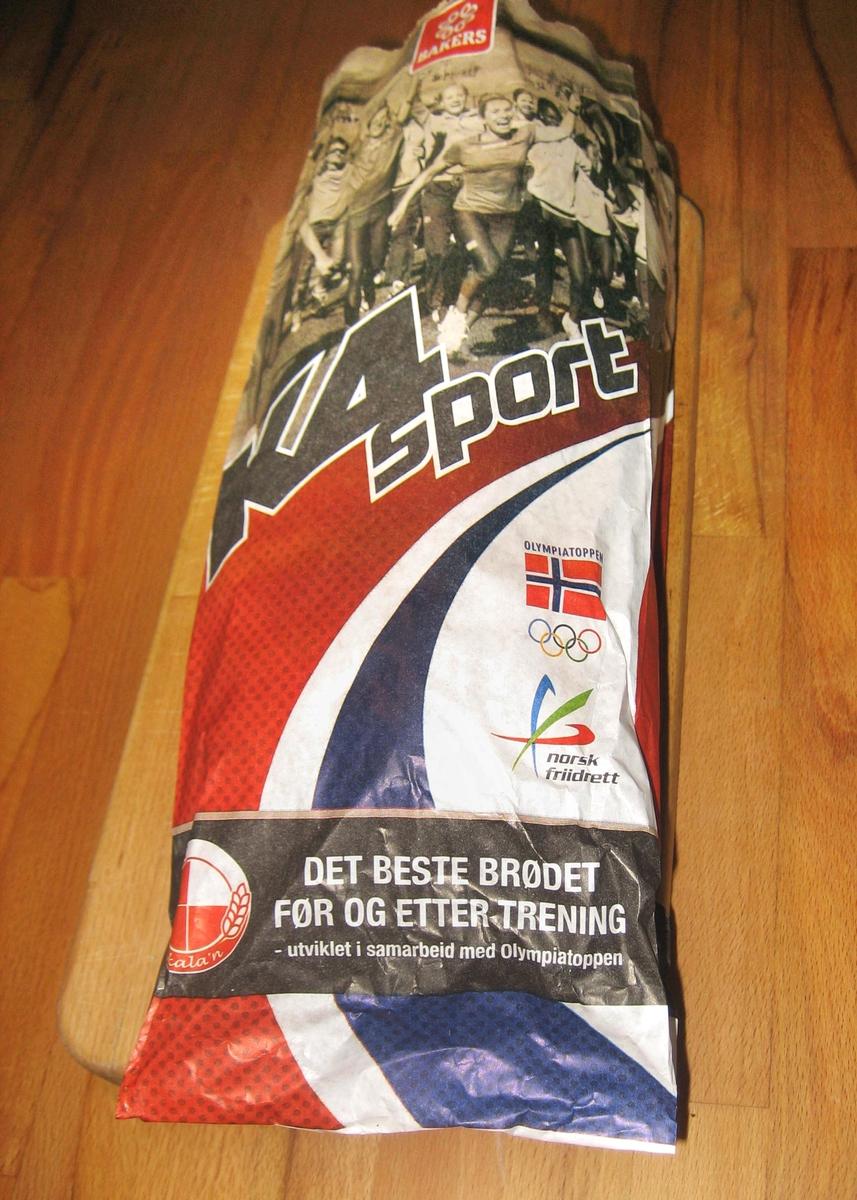 På brødposens forside er det et motiv i sort/hvit med en masse sportsutøvere som løper og jubler, mens de vifter med et flagg. Fargee rød, hvit, blå er lagt i en bue tvers over posen. Det gir assosiasjoner til det norske flagget. Logoene til Olympiatoppen og Norsk friidrett er også på brødposens forside. På brødposens side står det høyere, sterkere, raskere - mottoet til de Olympiske Lekene.